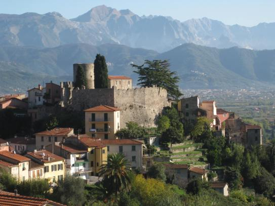 ameglia_castle_with_apuan_alps